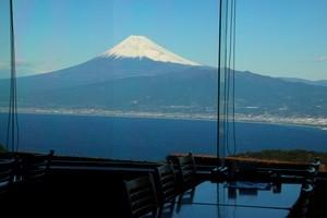 だるま山高原レストハウス店内からの富士山